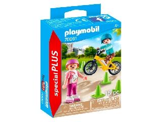 Gyerekek biciklivel és görkorcsolyával