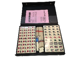 Mahjong műanyag kövekkel, fekete műanyag dobozban